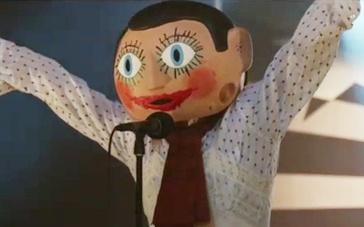 《弗兰克》中文预告 音乐鬼才法鲨奇装异服戴面具
