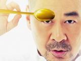 《一个勺子》发海报 陈建斌手握金勺看世界