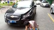 母女被轿车碾压  因马路中间打电话