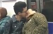 地铁上小伙狂吻50岁大妈
