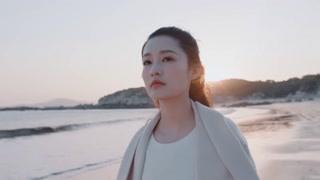 杜晓苏独自在海边散步