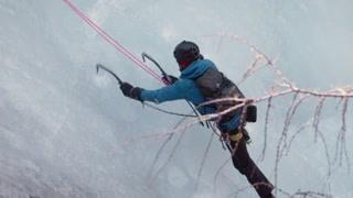 中国极限达人带老外挑战攀冰