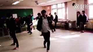 这个班级酷毙了,集体跳EXO歌曲《中毒》团体舞