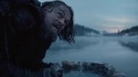 《荒野猎人》 饥肠辘辘河中捕鱼 小李子生吃活鱼