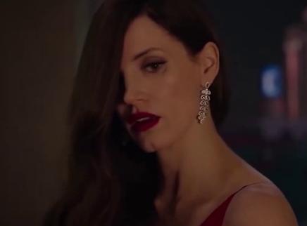 《艾娃》中英双语预告 有颜有脑有身材的性感杀手