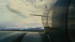 空中枪战开始 贝恩挣脱束缚