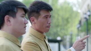 杨诚面对王海的通缉令若有所思,说自己一定见过这个人