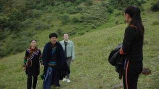 古达带着三个女儿站在山上