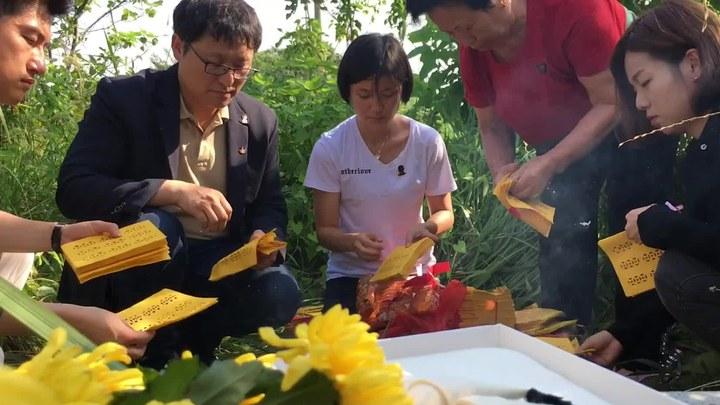 二十二 花絮1:赵正莱祭拜毛银梅 (中文字幕)