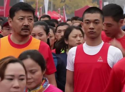 《了不起的老爸》大场面幕后揭秘 王砚辉张宥浩领跑万人马拉松