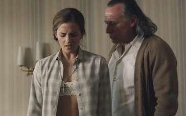 《殖民地》精彩片段 爱玛·沃森遭到精神虐待