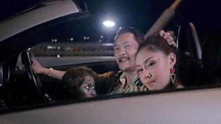 趴在男人车里还有一个女人