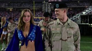 士兵表演结束后被导演驱逐  幸好有漂亮小姐姐解围