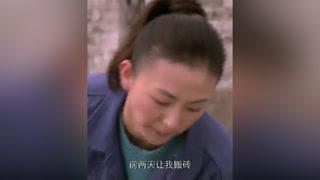 小伙追求美女同事方式奇特,竟叫她搬砖#全家福 #吴刚 #宅家dou剧场