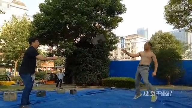【江苏】实拍大爷对抛石锁 数十斤石锁如玩花式篮球
