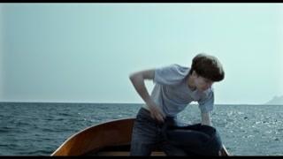 两人跳下水到达一艘沉在水底的船上
