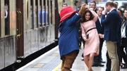 凯特王妃与熊宝宝在火车站翩翩起舞