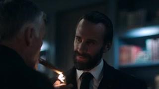 《使女的故事2》使女们用鲜花布置客厅  沃特福德为前来道喜的客人分发雪茄