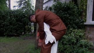 大姐深受打击 背着榔头到院子埋了他的尸体