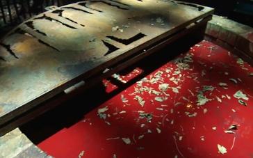 《猩红山峰》拍摄特辑 血红矿池藏匿古堡恐怖秘密