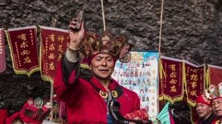 参加羌族传统取水仪式祈福