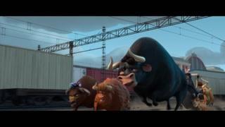 公牛和刺猬逃出人类追捕