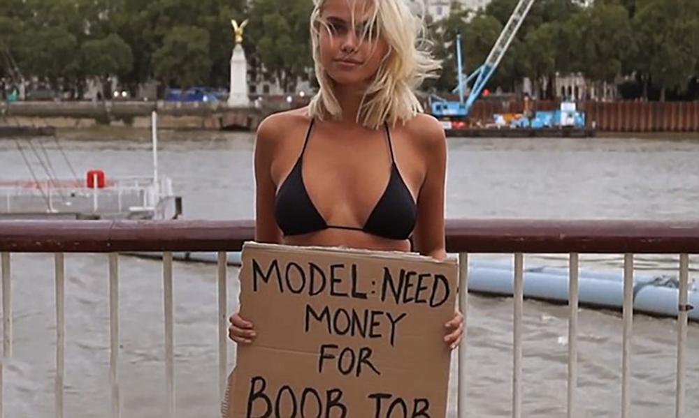 比基尼美女街头讨钱隆胸 你会给钱吗
