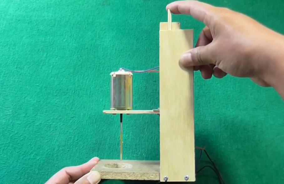用木板和小马达自制强力台钻可轻易钻透木板 手工制作木工电钻