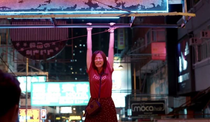 《友情以上》曝高能片段 小水平采娜吊挂香港街头痛哭