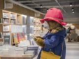 《帕丁顿熊2》帕丁顿熊帝都街头凹造型 英国萌熊育学园体验专家体检