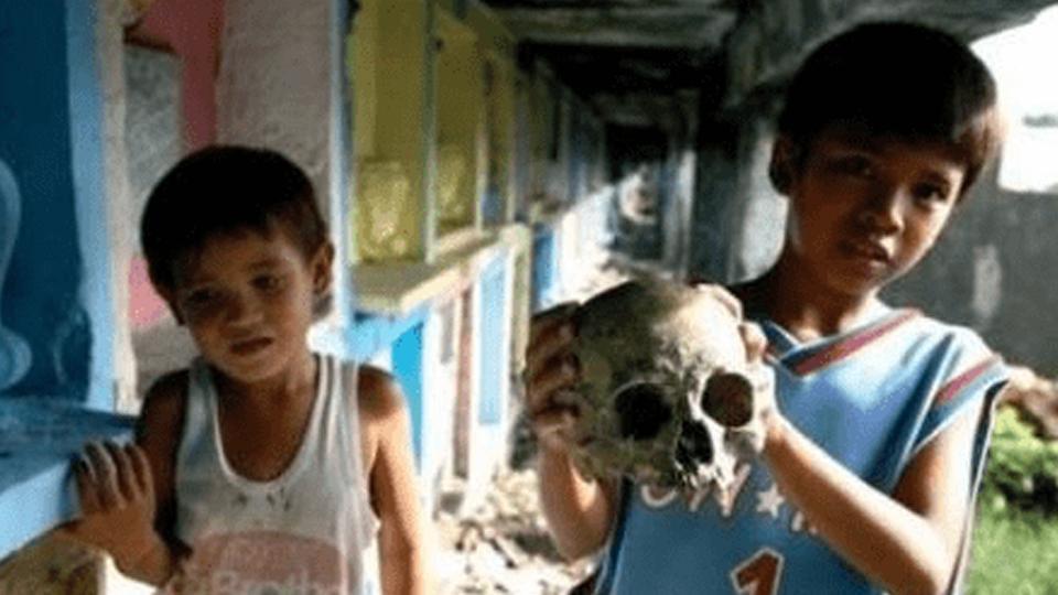 真吓人!菲律宾这地方的人常与死人为伴,孩子拿骷髅头当玩具