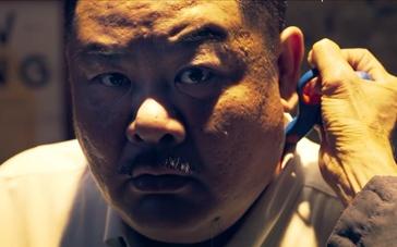 《老笠》曝香港预告 超市老板被歹徒用剪刀插脖
