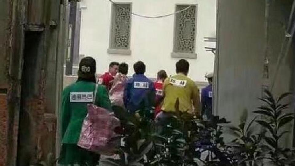 跑男录制花絮 迪丽热巴被队伍远远的甩在身后孤零零一人