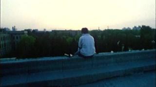 男孩不管朋友的呼喊坐在天台发呆  我独自中二