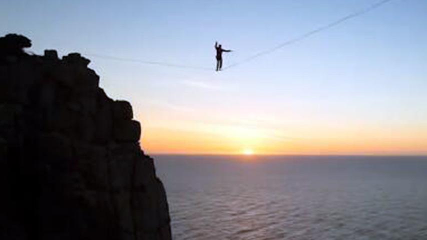 大神400米高悬崖走扁带 女子蹦极遭意外头撞地