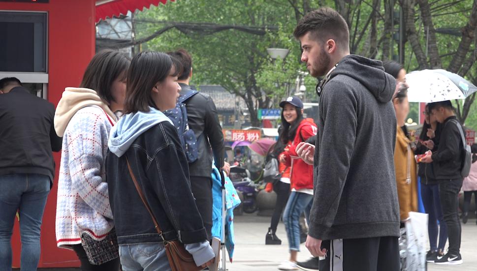老外中国街头向姑娘索吻   结果差点被打!