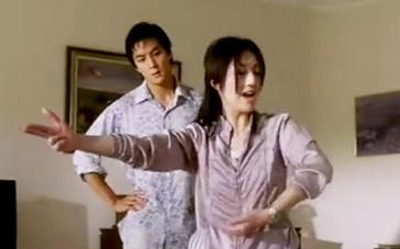 《新扎师妹2》片段 杨千嬅示范边抓犯人边喂奶