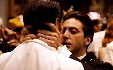 《教父2》舞会片段 帕西诺愤怒强吻下属耳边威胁