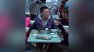 小伙摆摊街头行骗,不料转身就看见警察 #北京青年  #李晨
