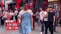"""80后型男穿女装炸街吸粉,遭网友调侃""""想当网红疯了"""""""