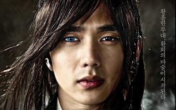 《朝鲜魔术师》动态海报 俞承浩鬼魅蓝眼神秘莫测