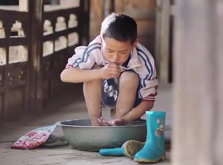《旺扎的雨靴》定档预告 藏地小径上的孩童心事