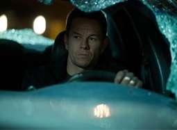 《破碎之城》片段 马克·沃尔伯格多车围堵被撞晕