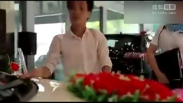 男子买豪车不带眨眼的  最后交钱却给美女服务员了这个   双方都好尴尬啊