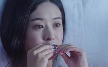 《一路惊喜》曝光赵丽颖花絮 狼狈吃巧克力显喜感