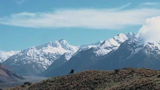 亚拉冈骑着那匹被他放走的马 这里的景色美的一点污染都没有
