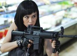 《嘿店》粤语版朱茵片段 超市劫匪血战不忘谈情