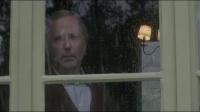 大叔去邻居家作客,盯着迷人少妇目不转睛