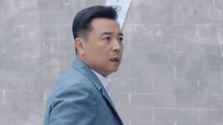 张汉超看到了刘权正在逃跑,忍着伤口疼痛拼命追赶!