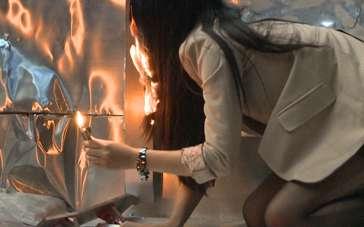 《异种》拍摄直击 刘青片场意外火烧头发险毁容